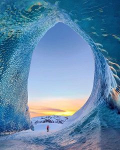 Ice cave in Iceland that looks like a wave